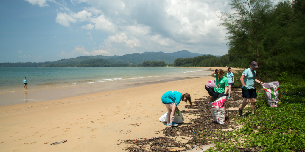 Volunteers practising service-learning through picking up litter in Thailand