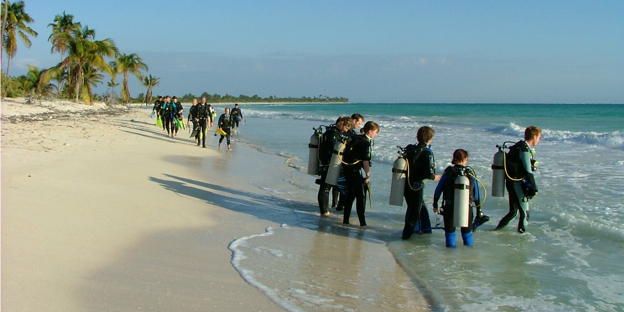 GVI participants work toward gaining their PADI certification on a marine conservation base in Mexico.