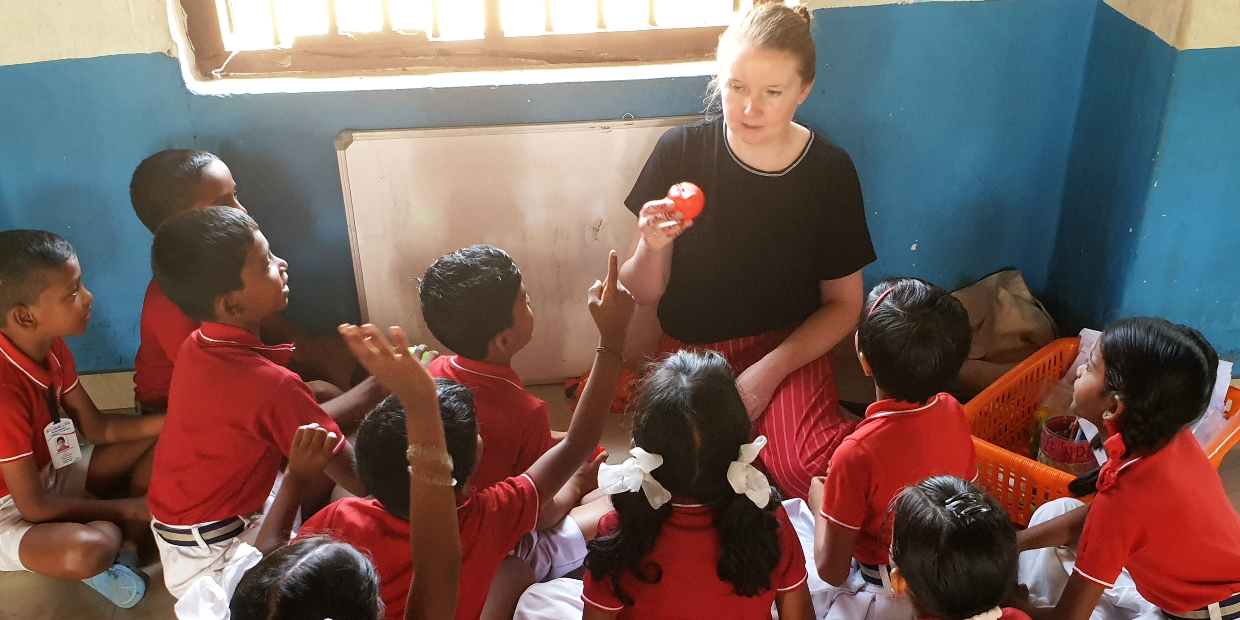 A teaching partcipant leads a lesson while volunteering in India.